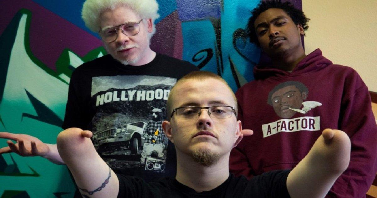 r3 8.jpg?resize=1200,630 - Un homme né sans bras ni jambes est devenu rappeur et a changé la scène hip hop