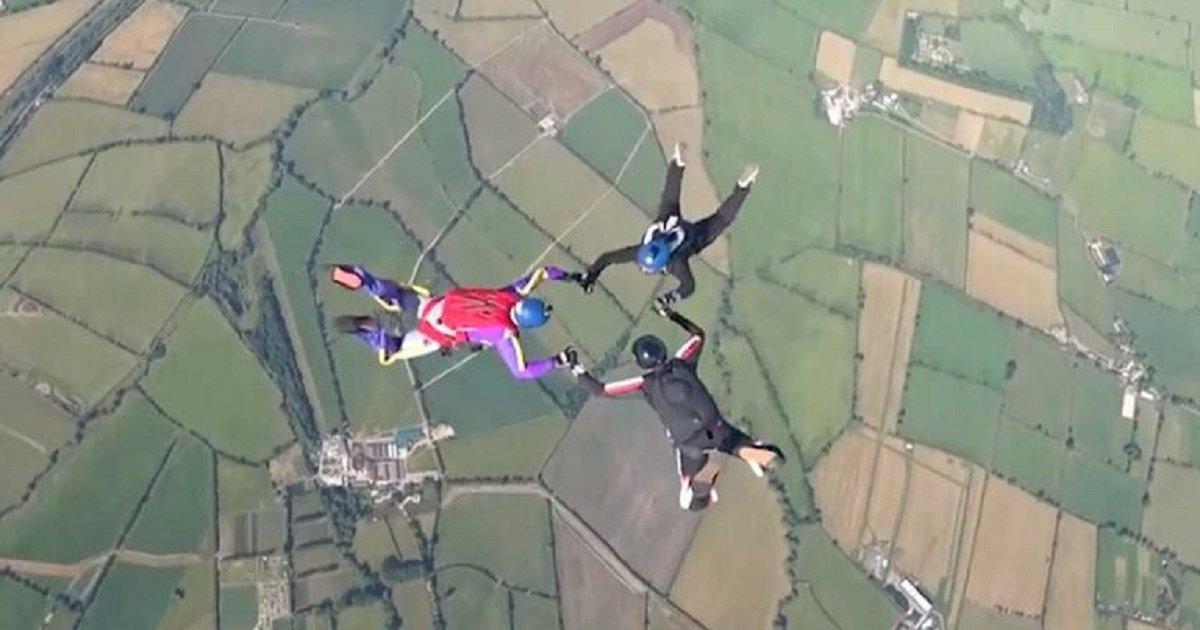 s3 6.jpg?resize=412,232 - Trois parachutistes ont effectué une figure incroyable dans les airs !