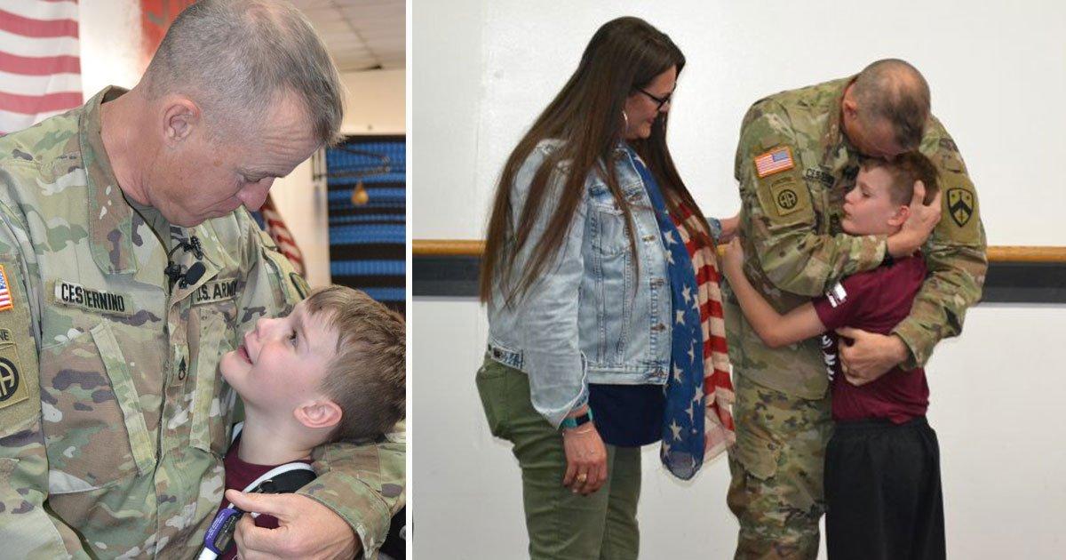 soldier surprised son.jpg?resize=1200,630 - Un fils fond en larmes quand il revoit son père soldat après 10 mois d'absence