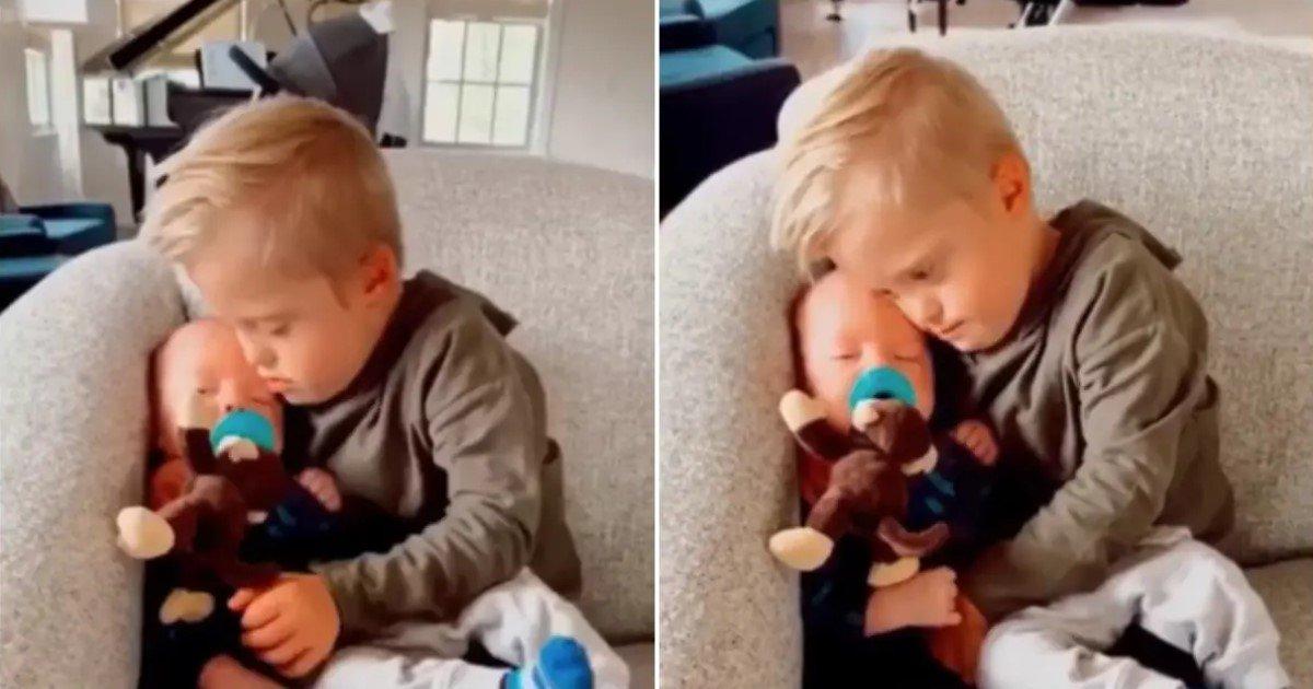 a 115.jpg?resize=412,232 - Un petit garçon trisomique a apaisé un bébé en pleurs quelques minutes après les tentatives infructueuses de sa babysitter