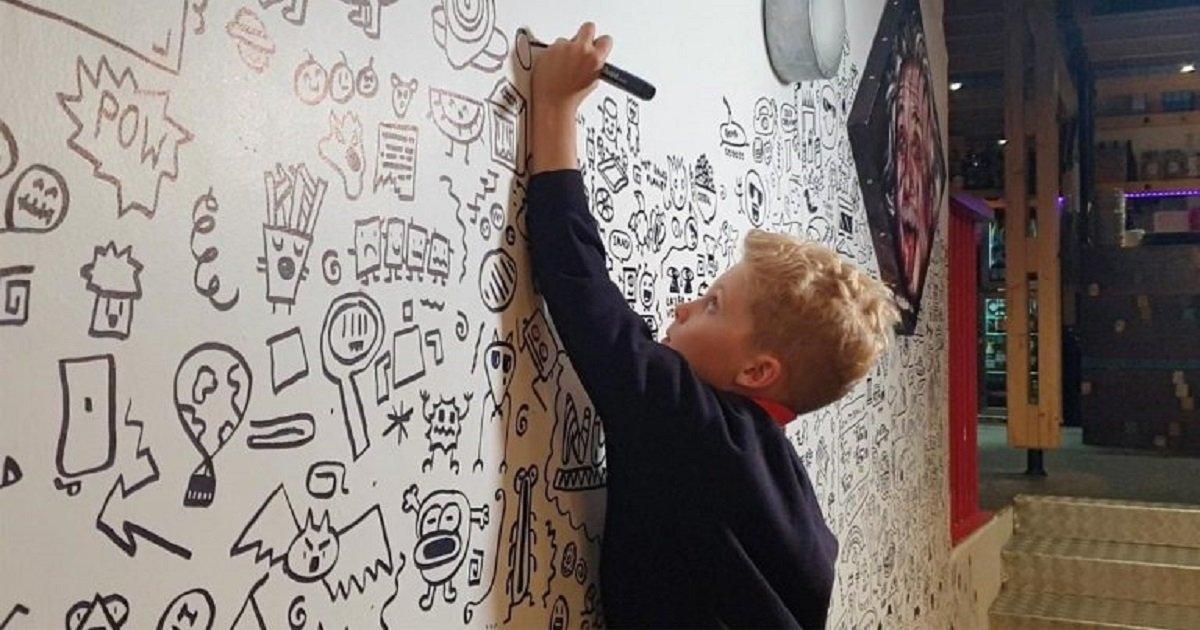 d3 12.jpg?resize=412,232 - Puni à l'école pour ses dessins, un garçon a été embauché pour décorer le mur d'un restaurant