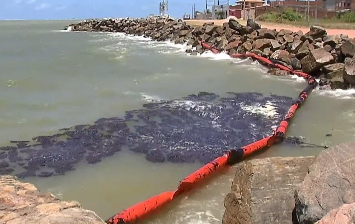 maree noire.jpg?resize=300,169 - Au nord-est du Brésil, une marée noire est en train de détruire le littoral