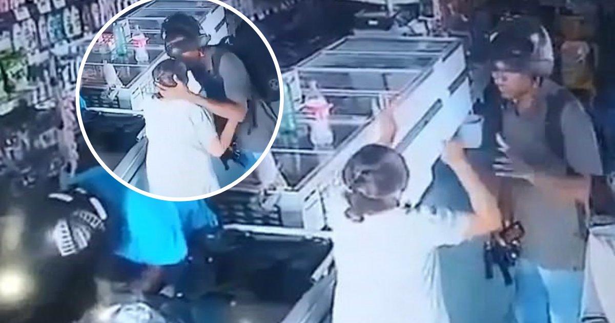 untitled design 66 1.png?resize=1200,630 - Un voleur armé refuse de prendre l'argent d'une femme âgée lors d'un braquage