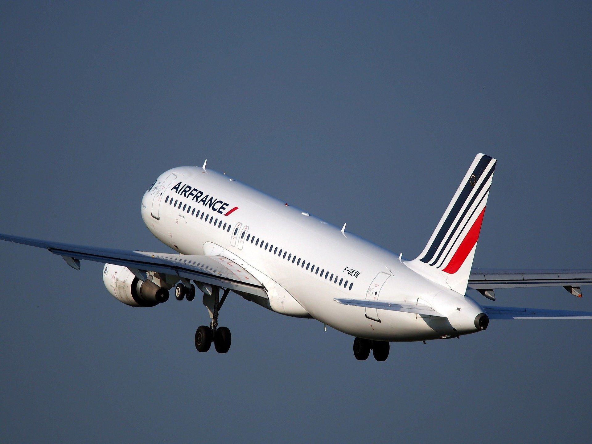 airplane 1995432 1920.jpg?resize=412,232 - Air France installe la connexion à internet par Li-Fi dans ses avions