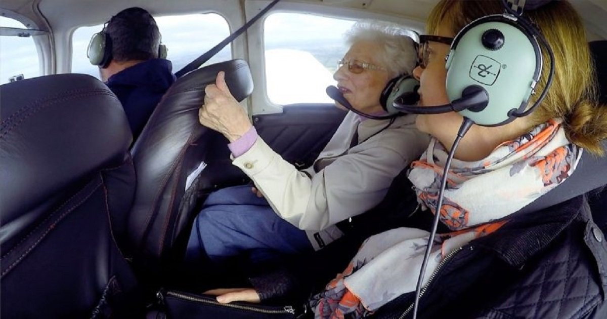f3.jpg?resize=412,232 - 90-Year-Old Woman Experienced Her First-Ever Flight In An Aircraft