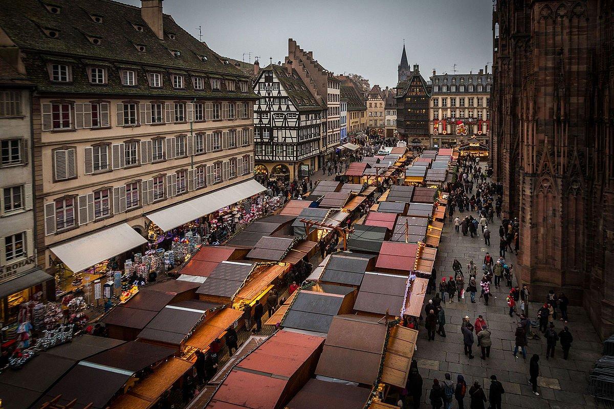 strasbourg marche de noecc88l place de la cathedrale jour decembre 2014.jpg?resize=1200,630 - Marché de Noël de Strasbourg : deux Tchétchènes arrêtés pour apologie du terrorisme
