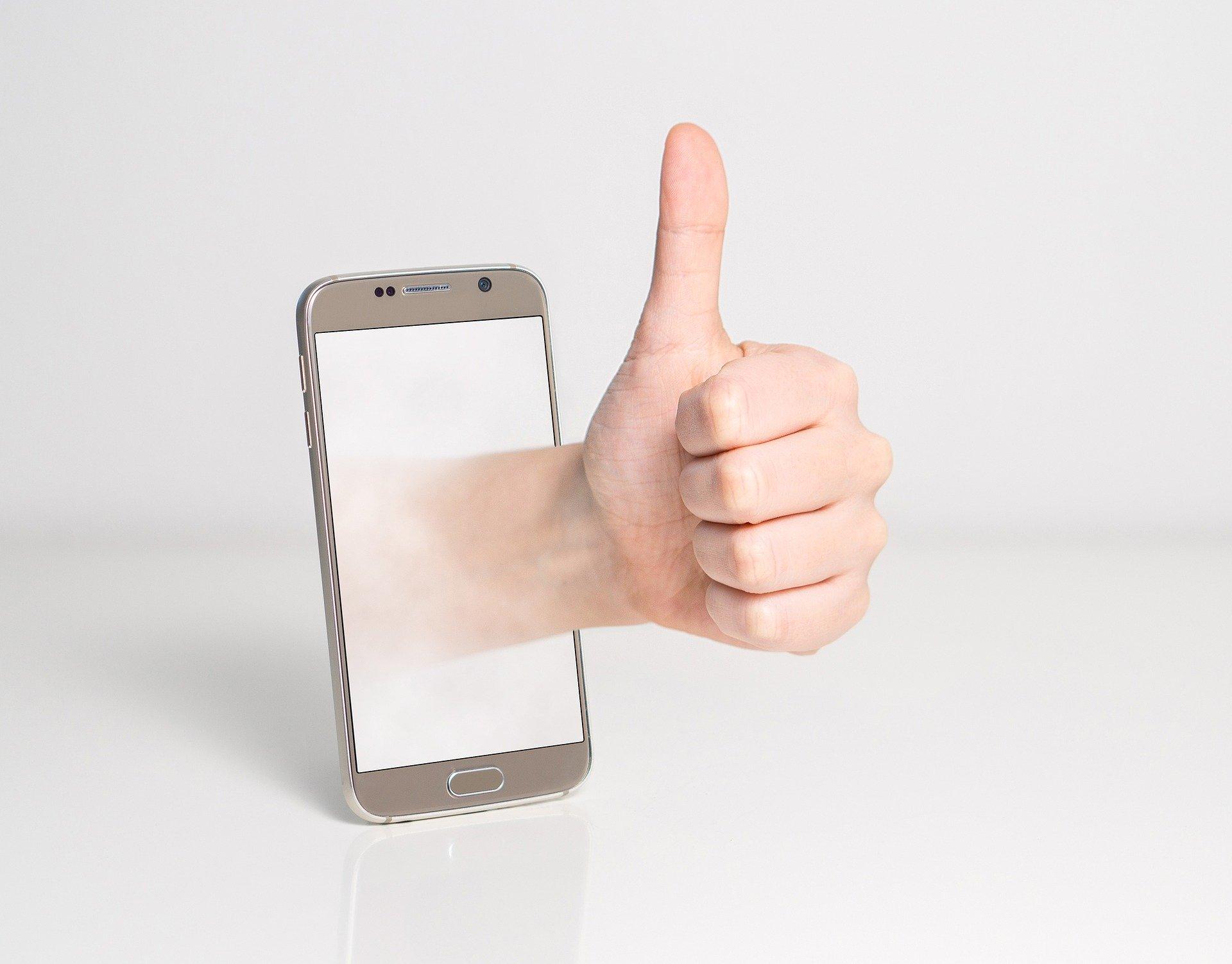 thumbs up 1999780 1920.jpg?resize=1200,630 - Espionnage: Facebook peut activer la caméra de votre smartphone à votre insu