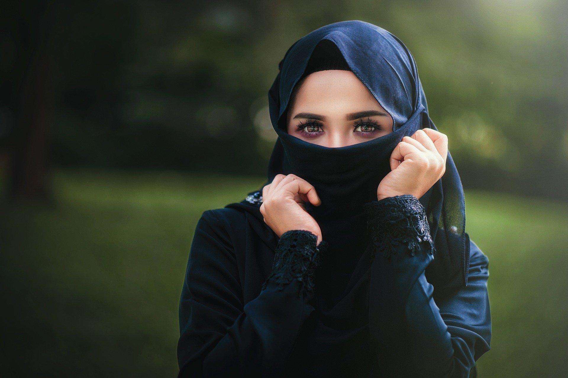 "woman 3037154 1920.jpg?resize=412,232 - Islam : selon Jean-Luc Mélenchon, Macron met ""de l'huile sur le feu"""