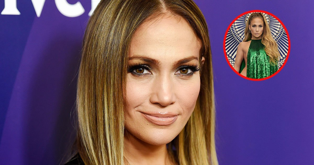 1 208.jpg?resize=1200,630 - Jennifer Lopez Posó Medio Desnuda En Una Capa Esmeralda De Lentejuelas Hecha Por Valentino