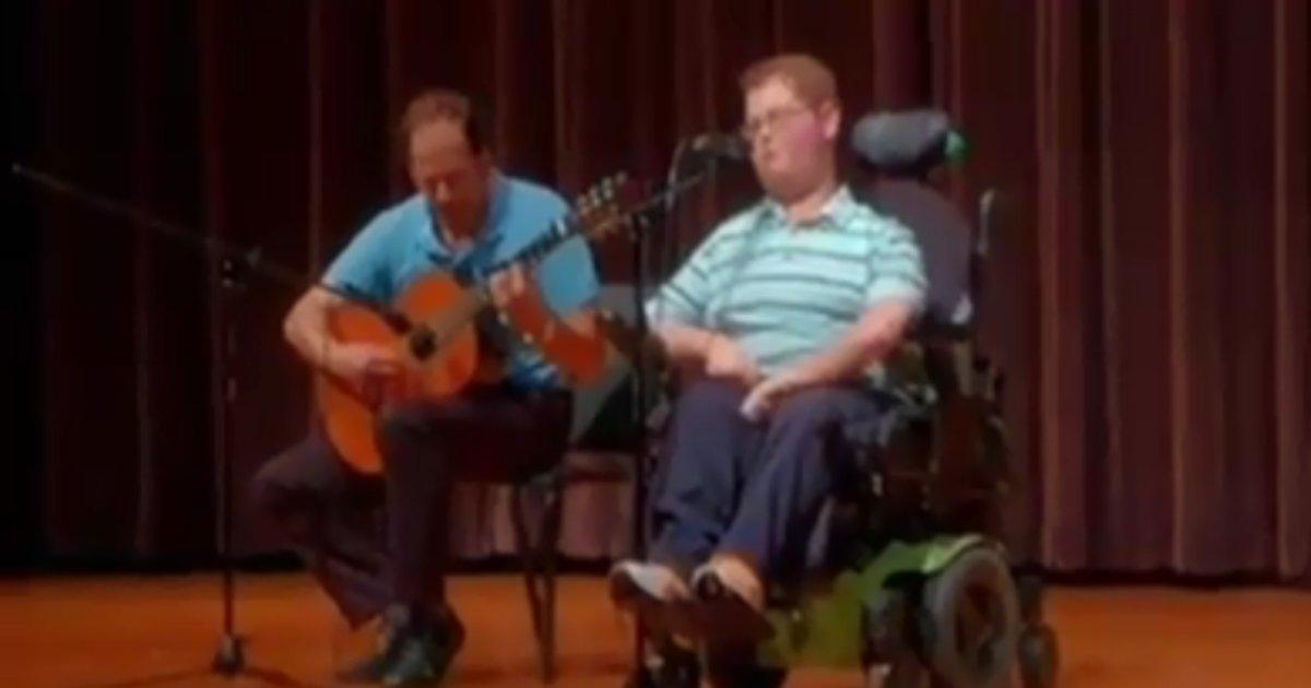 3 48.png?resize=412,232 - Un garçon handicapé surprend toute son école avec son talent de chanteur