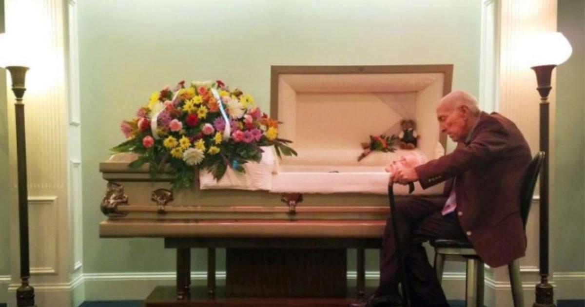 an elderly man sat beside his wifes coffin and whispered i know you cant hear me but i love you.jpg?resize=412,232 - Un vieil homme s'est assis à côté du cercueil de sa femme et a chuchoté «Je sais que tu ne peux pas m'entendre, mais je t'aime»