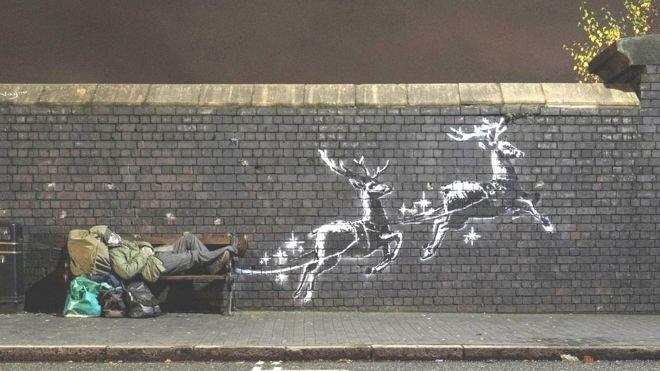 banksy 1.jpg?resize=366,290 - La nouvelle œuvre de l'artiste Banksy sensibilise à la précarité des sans-abris pendant les fêtes de fin d'année