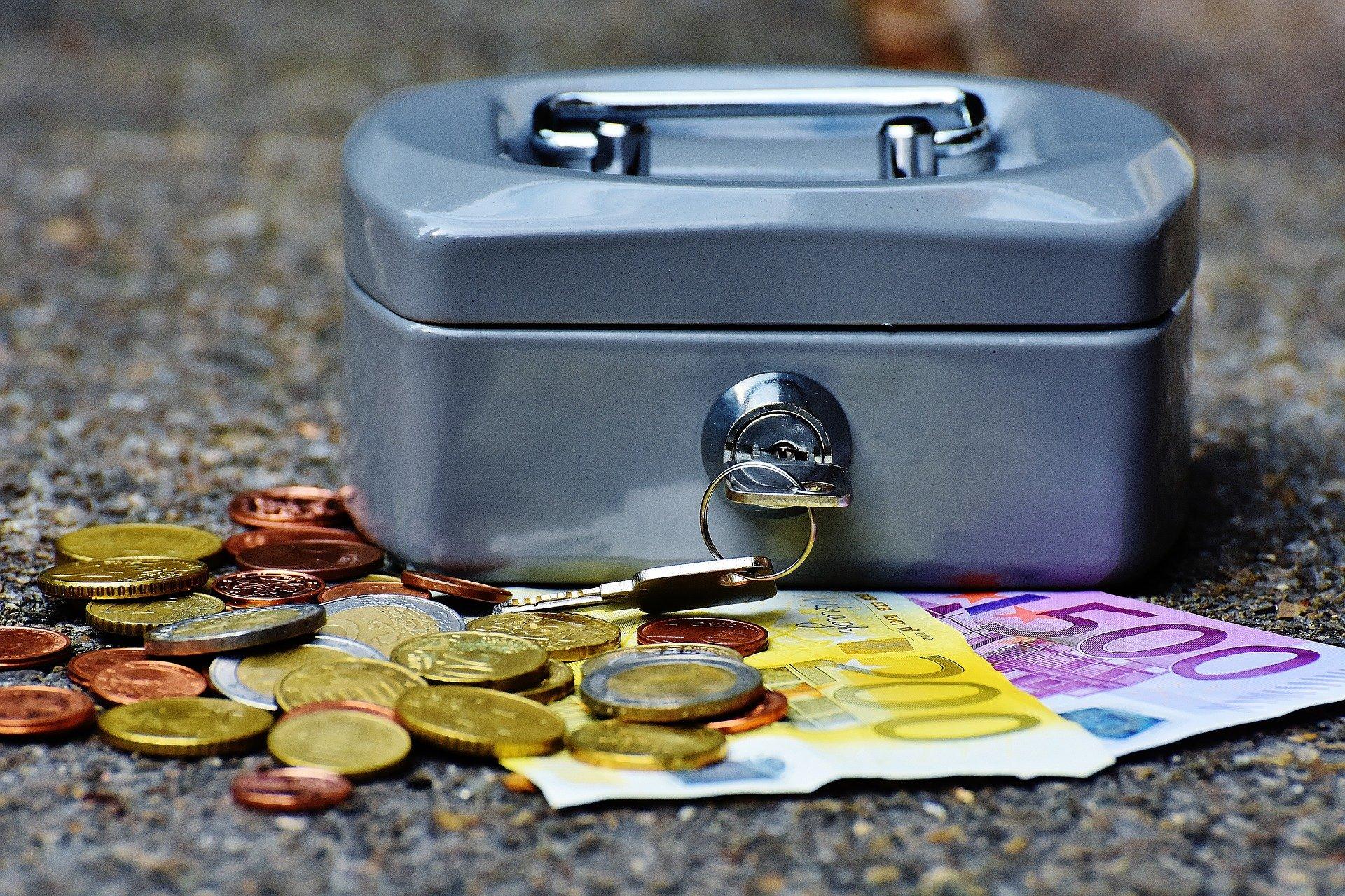 cashbox 1642989 1920.jpg?resize=574,582 - Pau : Une employée d'un centre des impôts a détourné 241 000 euros destinés aux Ehpad