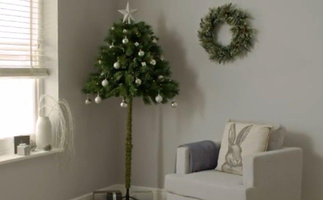 demi sapind.jpg?resize=412,232 - On a déniché l'accessoire parfait à décorer: le demi-sapin de Noël