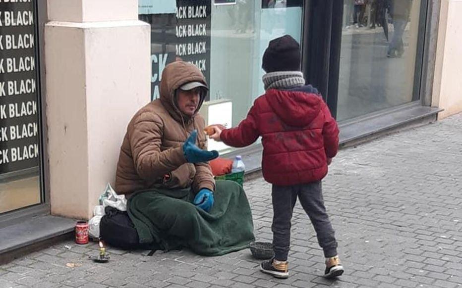 facebook dr.jpg?resize=412,232 - Lucas, 5 ans, distribue des viennoiseries aux sans-abri tous les samedis avec son père