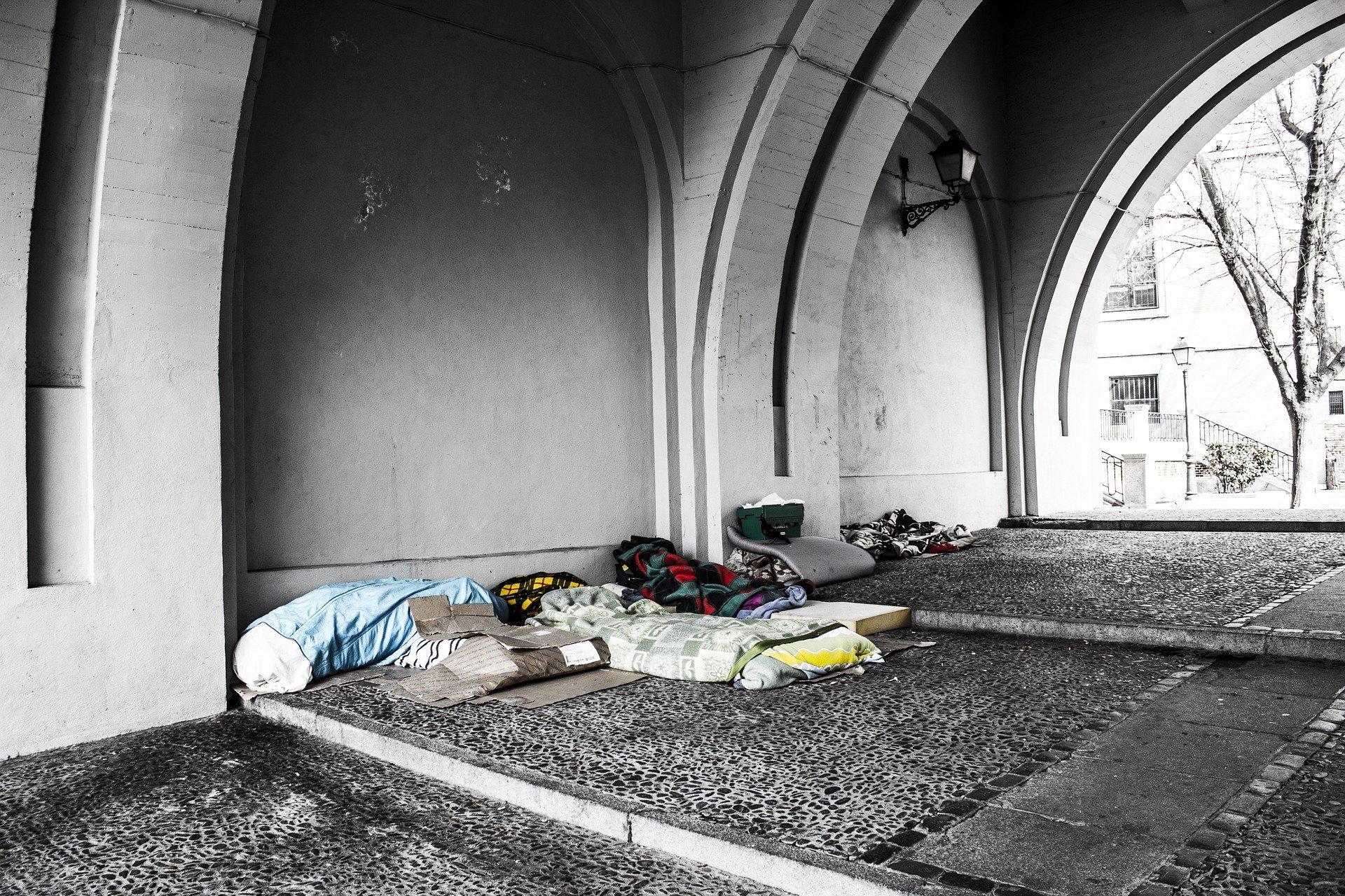 homeless 2090507 1920.jpg?resize=300,169 - Plus de 500 enfants dorment chaque nuit dans la rue à Paris
