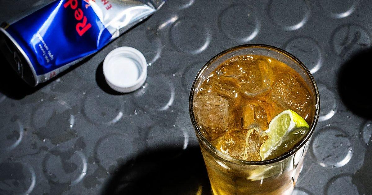 """article history red bull vodka butter san francisco cocktail recipe e1580311270706.jpg?resize=412,232 - """"Vodka Red Bull"""" : Un mélange qui pourrait vous rendre plus violent"""