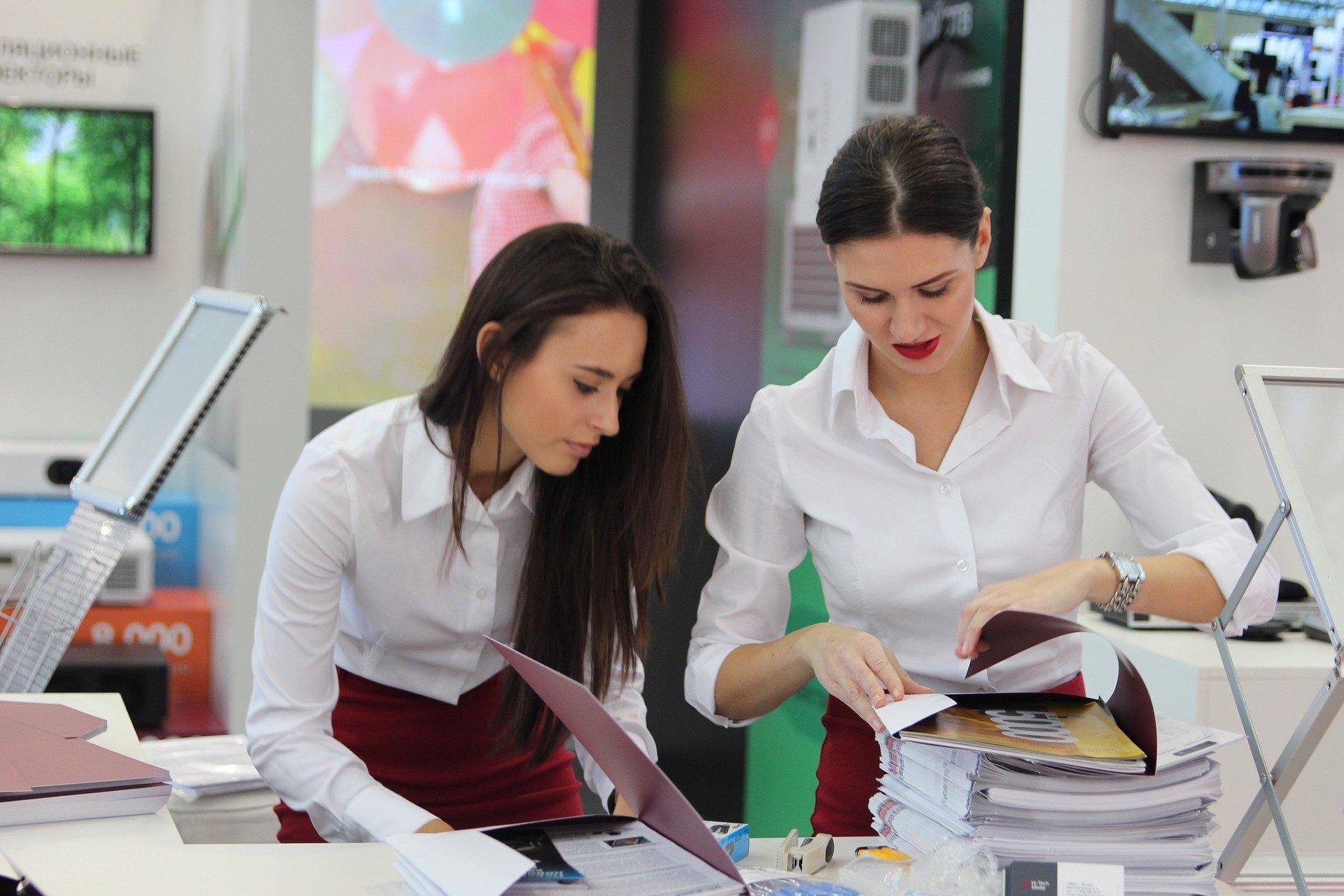 """exhibition 2865698 1920.jpg?resize=1200,630 - As-tu trouvé ta """"work wife"""" au travail ? 14 signes pour t'aider à le savoir !"""