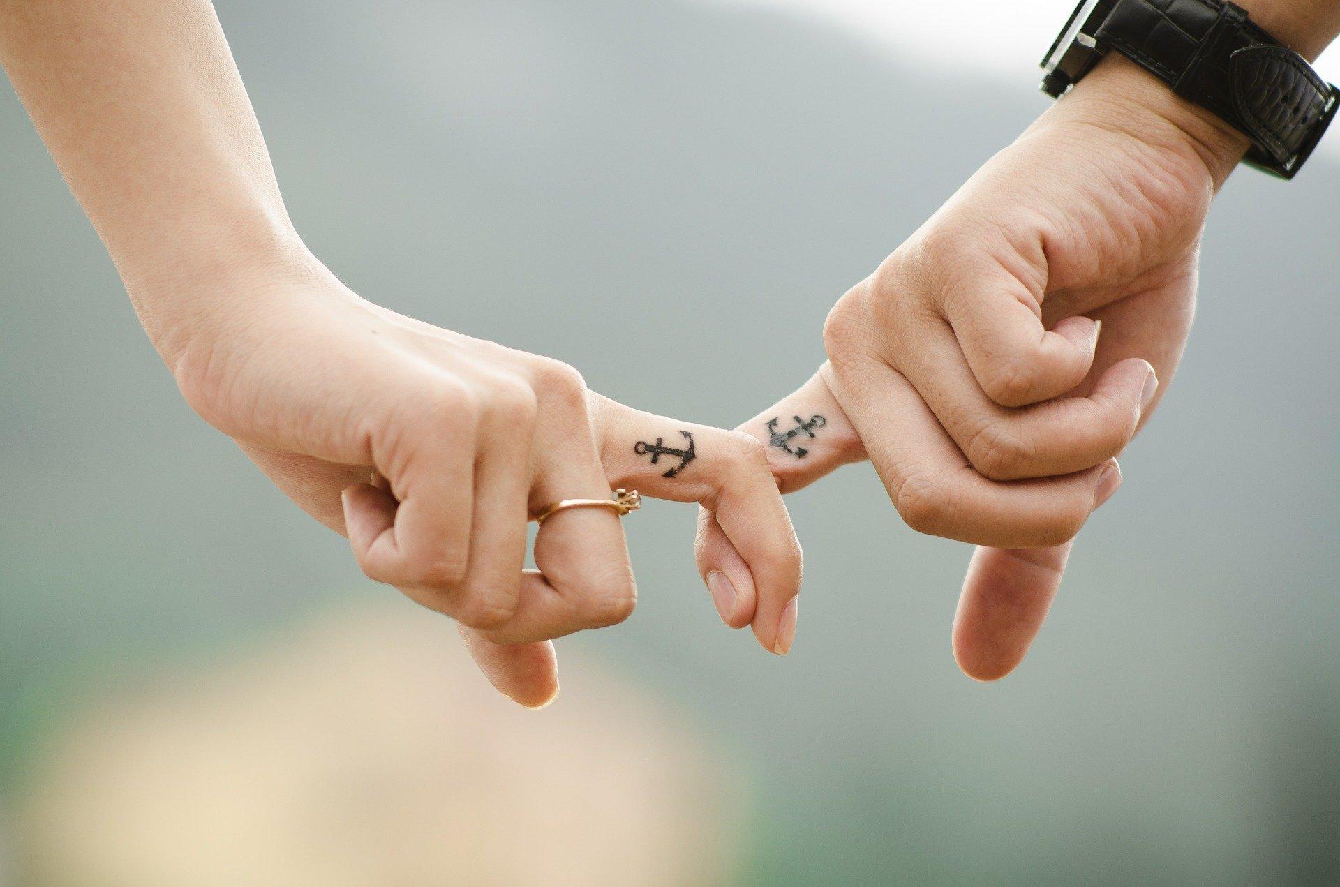 hands 437968 1920.jpg?resize=412,232 - Plus vous êtes extraordinaire, plus il est difficile de trouver l'amour