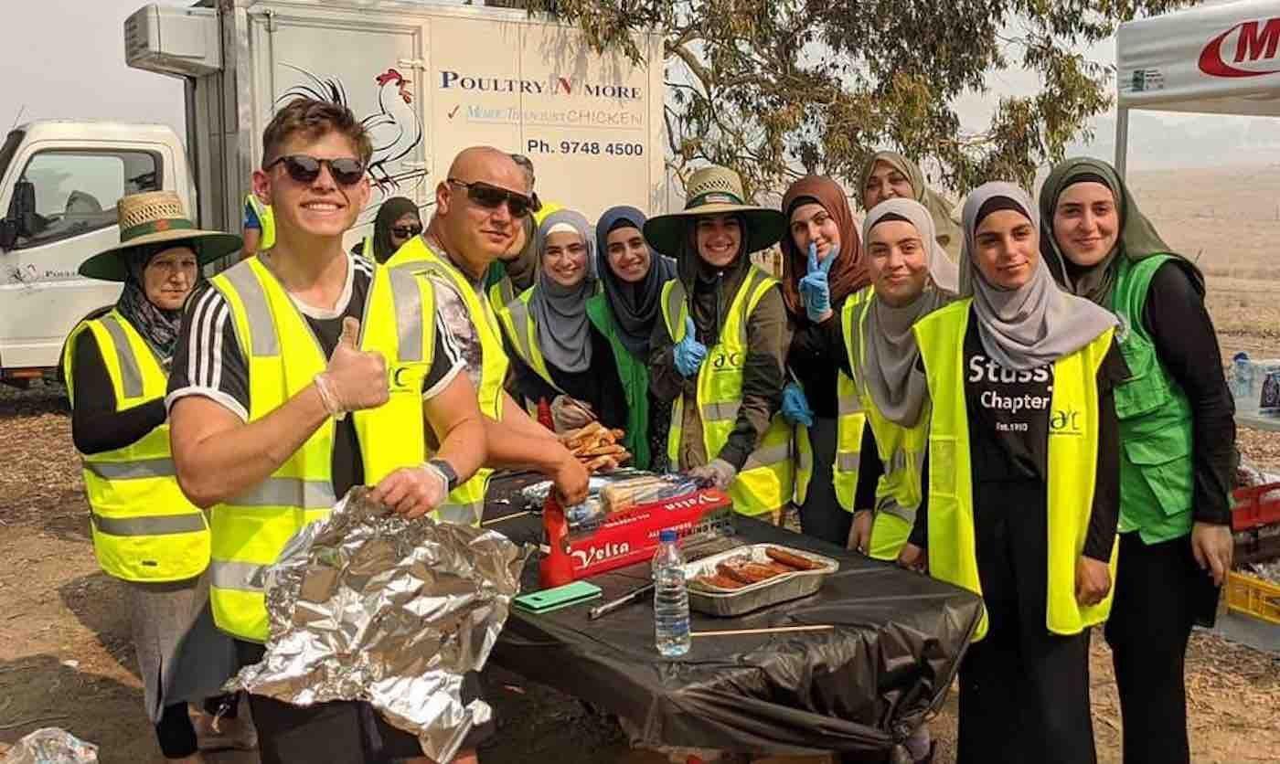 muslim1.jpg?resize=412,232 - Australie: un groupe de musulmans prépare des repas pour les pompiers qui luttent contre les incendies