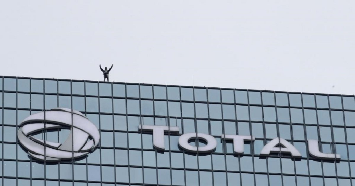 s3 3.jpg?resize=1200,630 - Urban Climber Scaled A 48-Story Building To Show Support For The Protesters