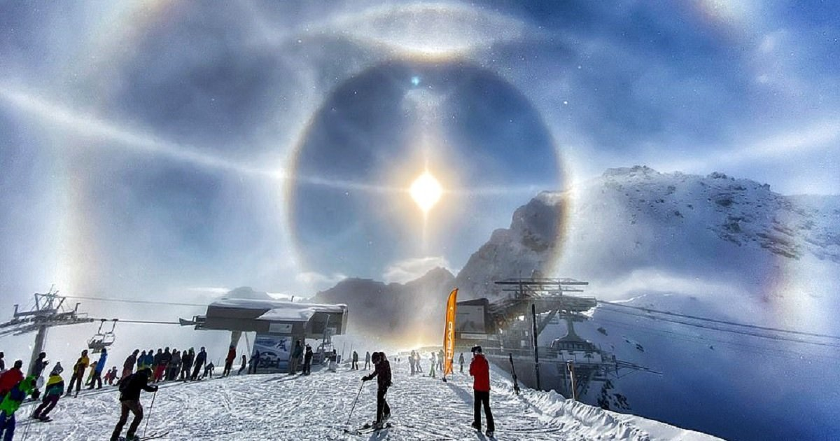 """s3 7.jpg?resize=1200,630 - Photographer Captured A Stunning Solar """"Ice Halo"""" During A Ski Trip"""