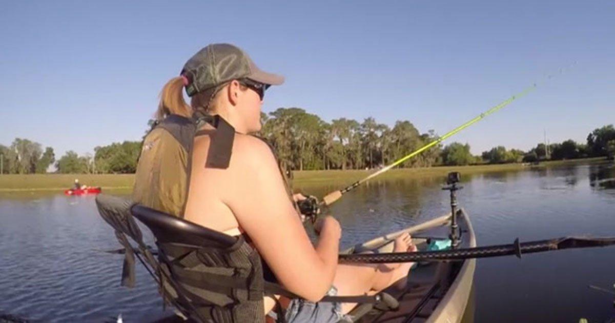 woman hit by fish.jpg?resize=300,169 - Pêche: Une femme s'est fait frappée par un bar en essayant d'attraper un autre poisson