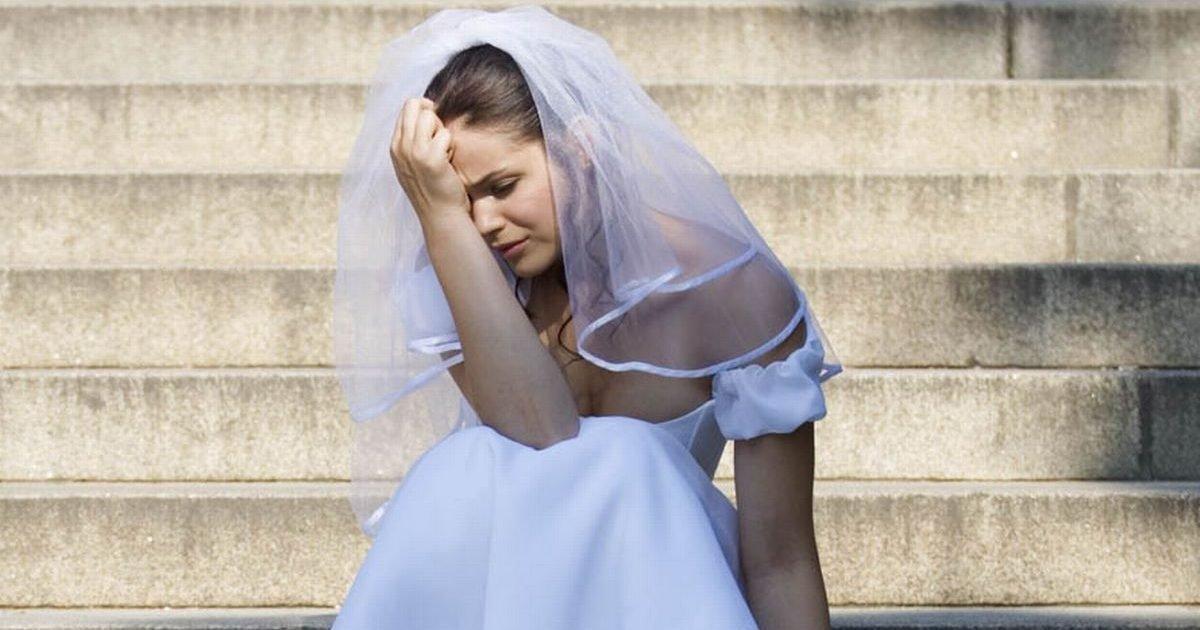 3 a bride sitting on steps looking sad e1580919355355.jpg?resize=412,232 - Elle remplace ses voeux de mariage par les SMS de tromperie de son fiancé!