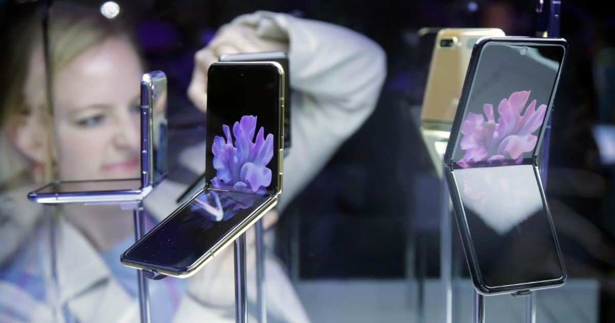 4 46.jpg?resize=1200,630 - Samsung Just Unveiled Their Second Folding Smartphone – Galaxy Z Flip
