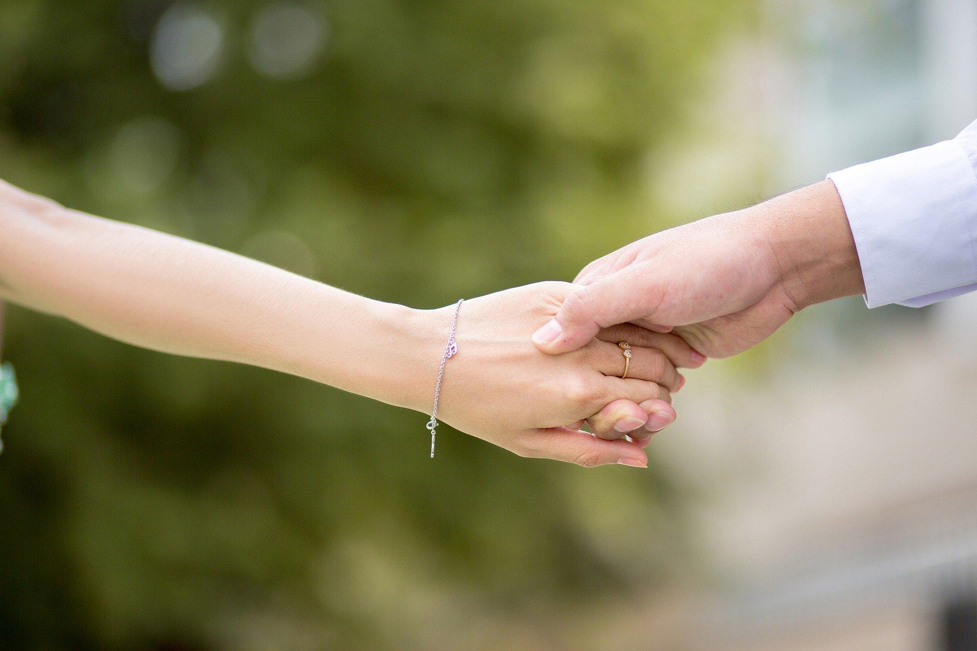 hand to hand 2064491 1920.jpg?resize=412,232 - Amour : 8 façons de raviver la flamme au sein de votre couple !
