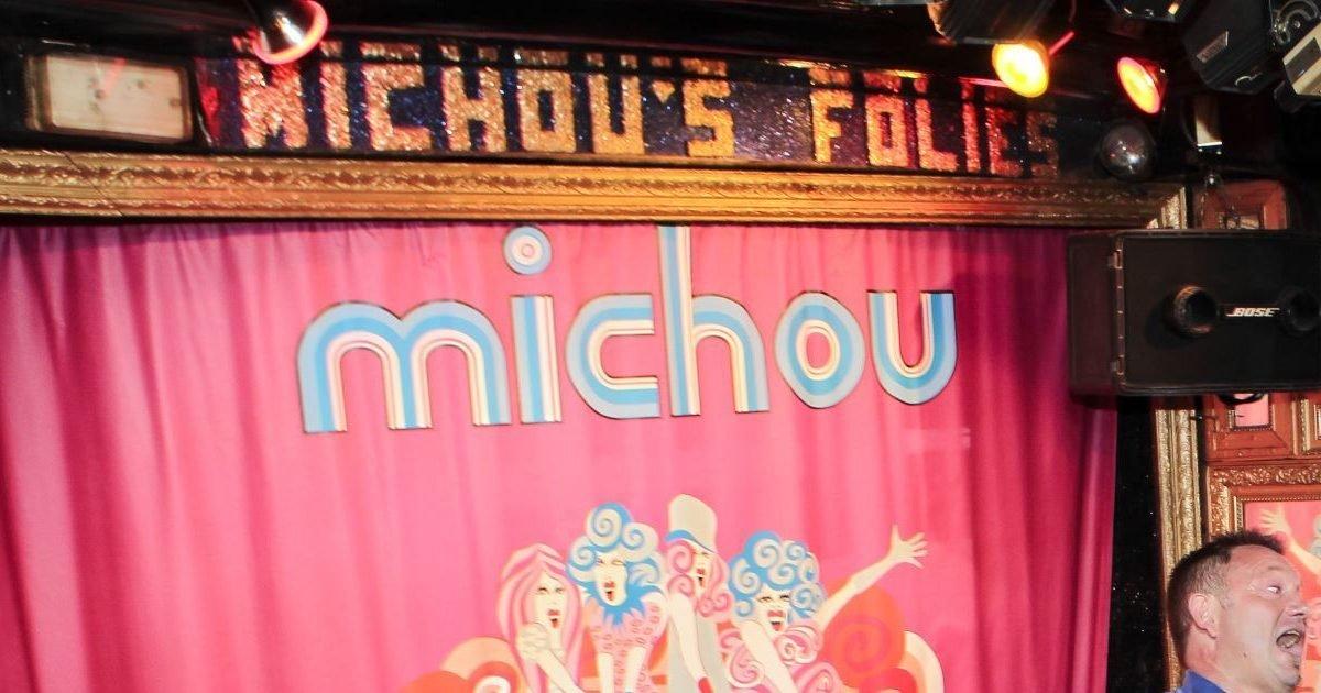 michou invite une fois par mois les presonnes agees quartier dans son cabaret chez michou e1581626732182.jpg?resize=1200,630 - Chez Michou : Le célèbre cabaret aurait du fermer ses portes à la mort de Michou mais pour le moment il restera ouvert