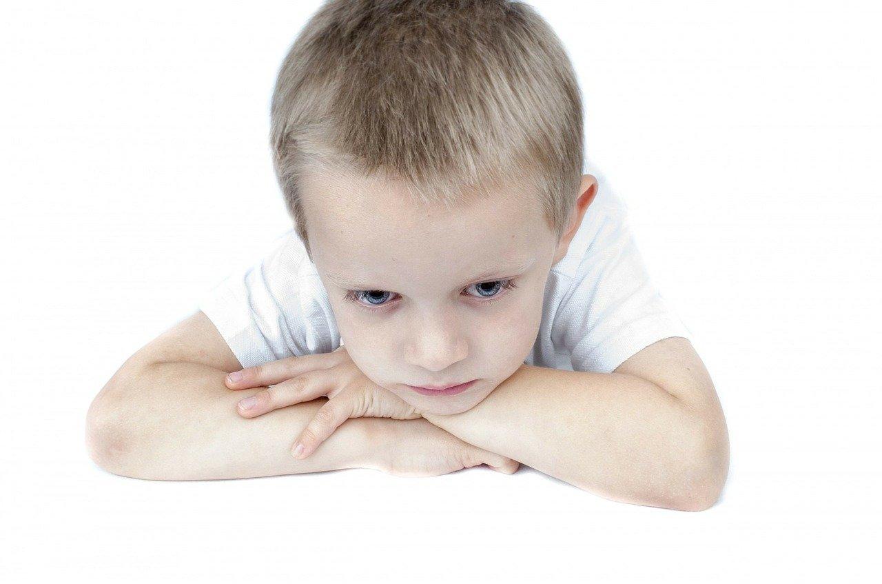 sad 217252 1280.jpg?resize=300,169 - Violence chez les enfants : La faute aux parents trop dévoués et leur incapacité à dire NON