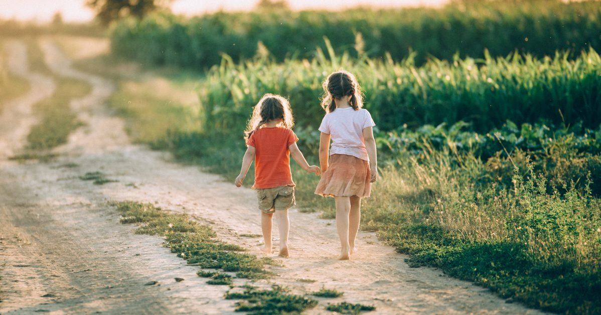 shutterstock soeur bonheur e1582737383238.jpg?resize=366,290 - Une étude montre qu'avoir une soeur est bon pour le moral et rend plus heureux !