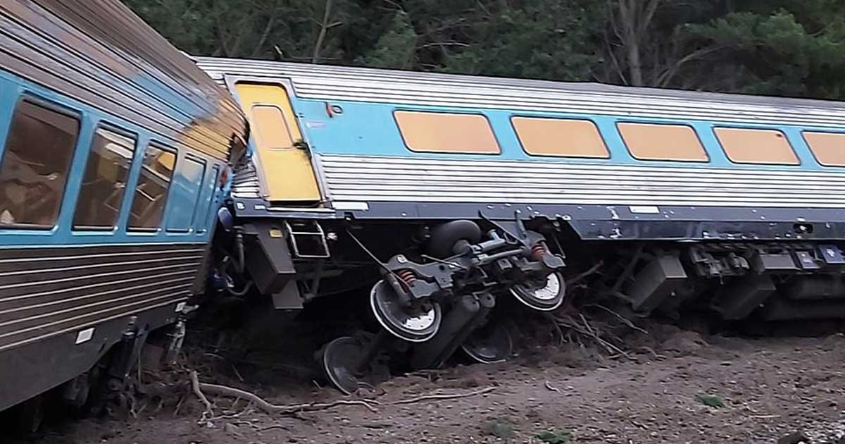 tw1.jpg?resize=412,232 - Two Dead And Several Others Injured After Train Going To Melbourne Derailed