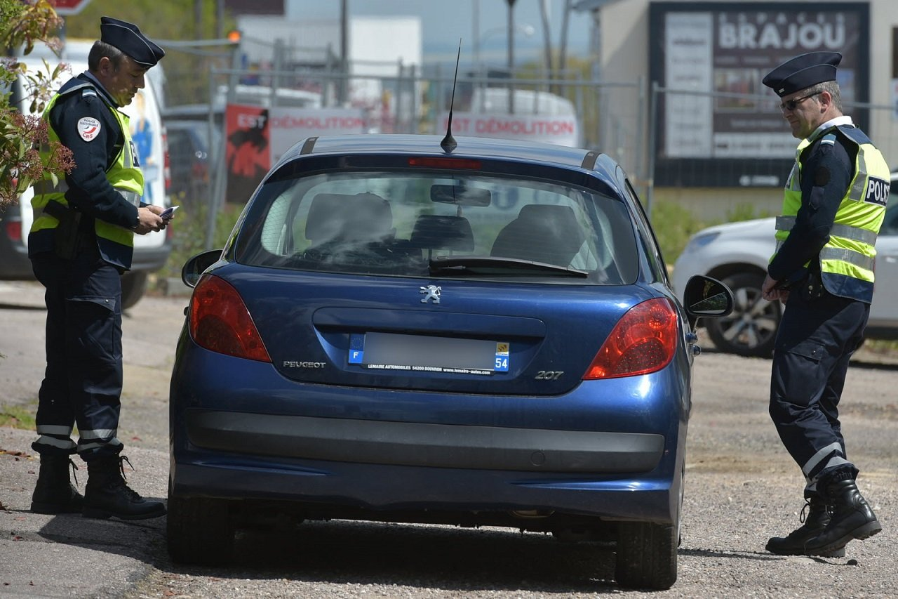 lest republicain.jpg?resize=1200,630 - Confinement : Un couple se fait surprendre en plein acte sexuel dans une voiture