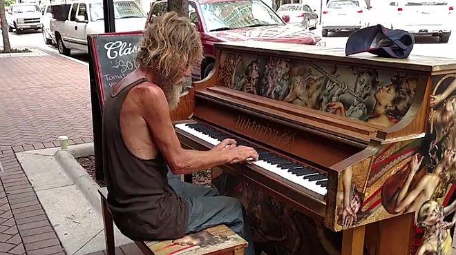 La virtuosidad al piano de un hombre sin hogar encandila a internet