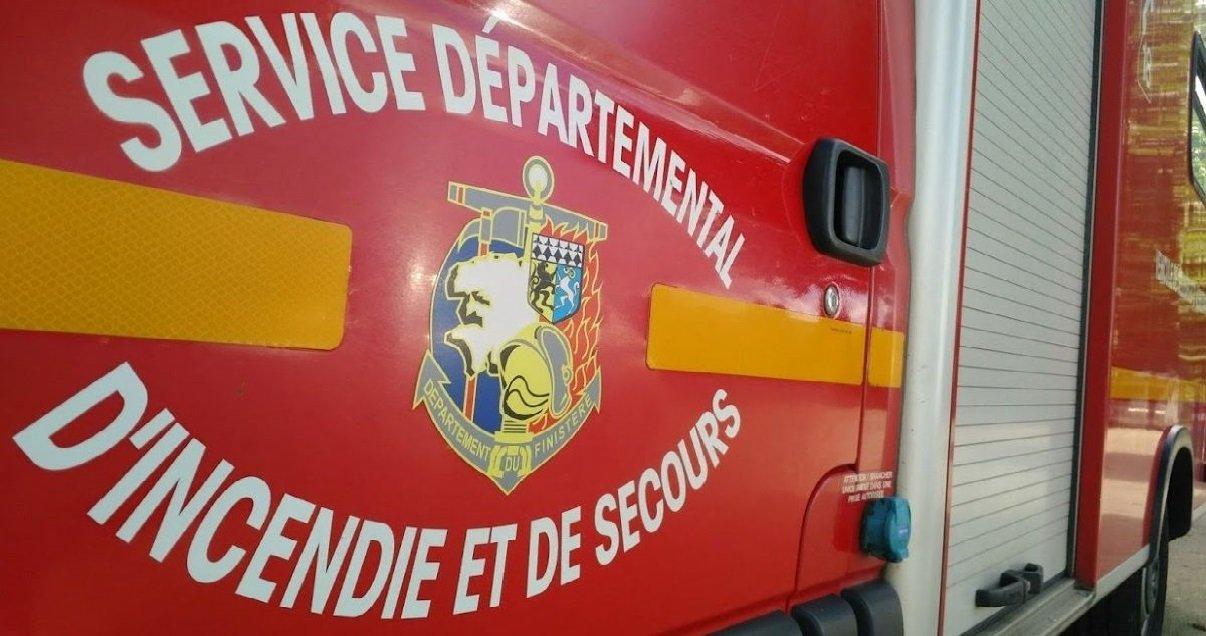 pompiers 1.jpg?resize=1200,630 - Dans le Finistère, un homme est mort dans l'incendie de son bateau...