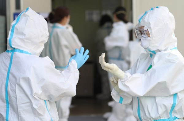 코로나 19 의료진 감염, 확진자의 2.4%...30%가 진료 중 감염 - 당신의 ...