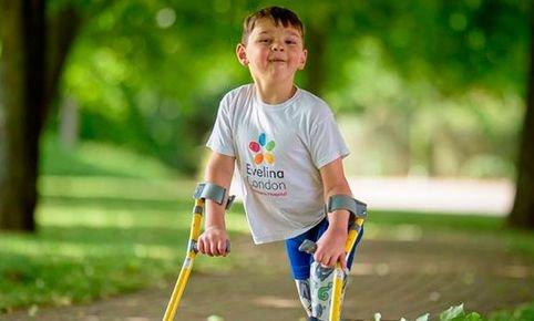 Reino Unido: niño que perdió sus dos piernas recauda más de ...