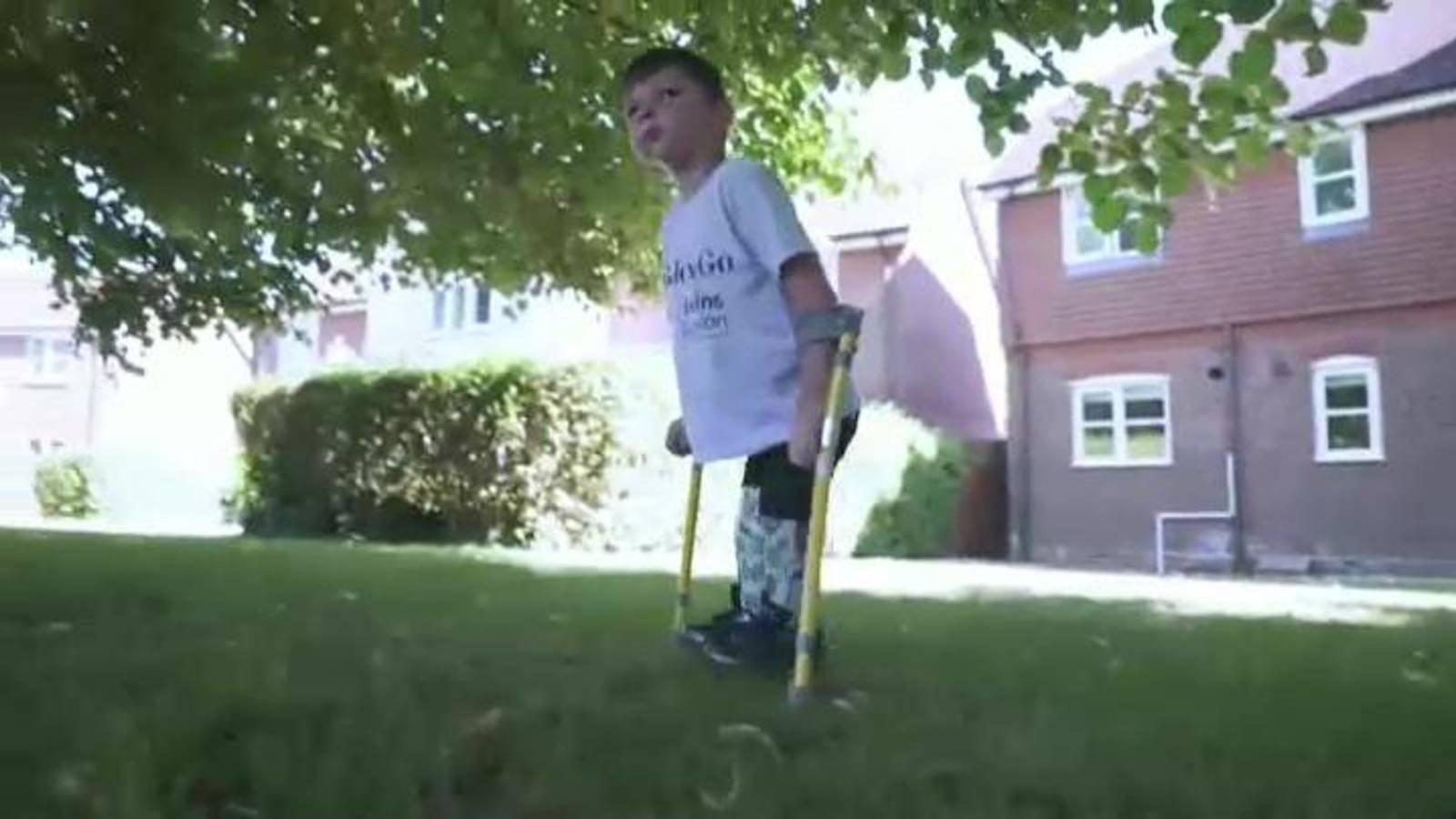 Virales: Un niño que perdió las dos piernas consigue casi 1 millón ...