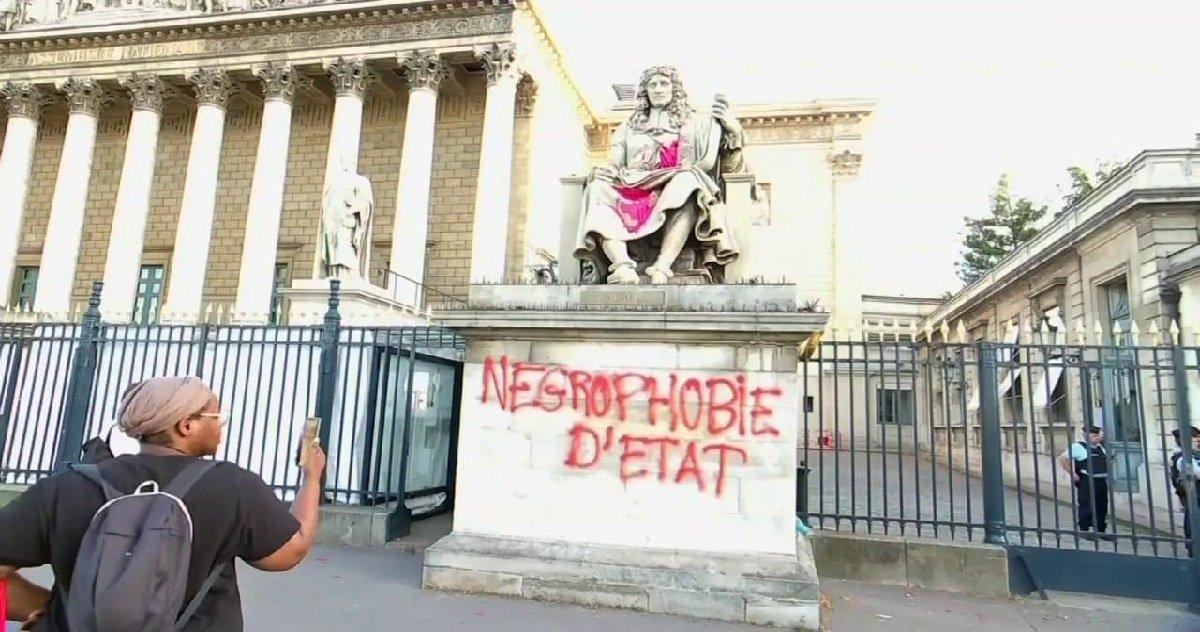 colbert.jpg?resize=1200,630 - Paris: la statue de Colbert, située devant l'Assemblée nationale, a été taguée