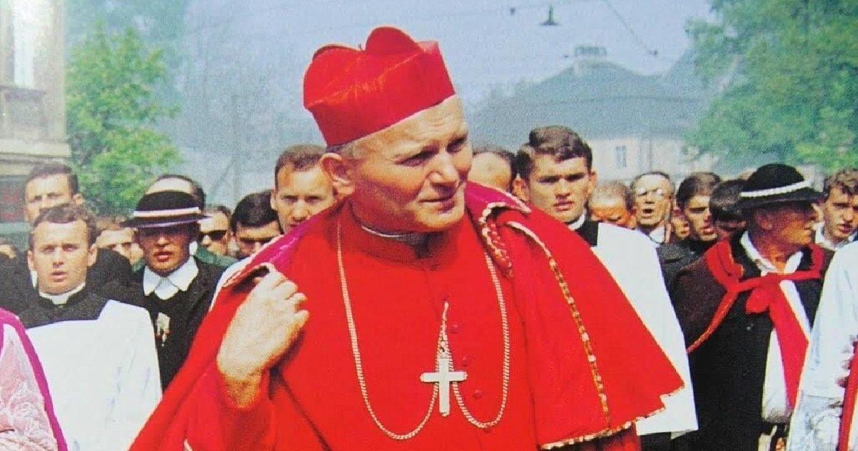 macron 2.jpg?resize=412,232 - Insolite: un sosie d'Emmanuel Macron a été repéré sur une photo de Jean-Paul II