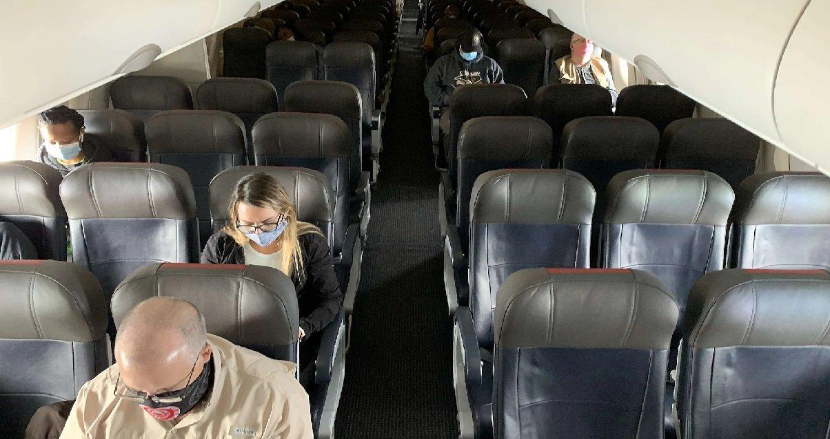 masque 2.jpg?resize=1200,630 - Que se passe-t-il si vous ne gardez pas votre masque dans un avion ?