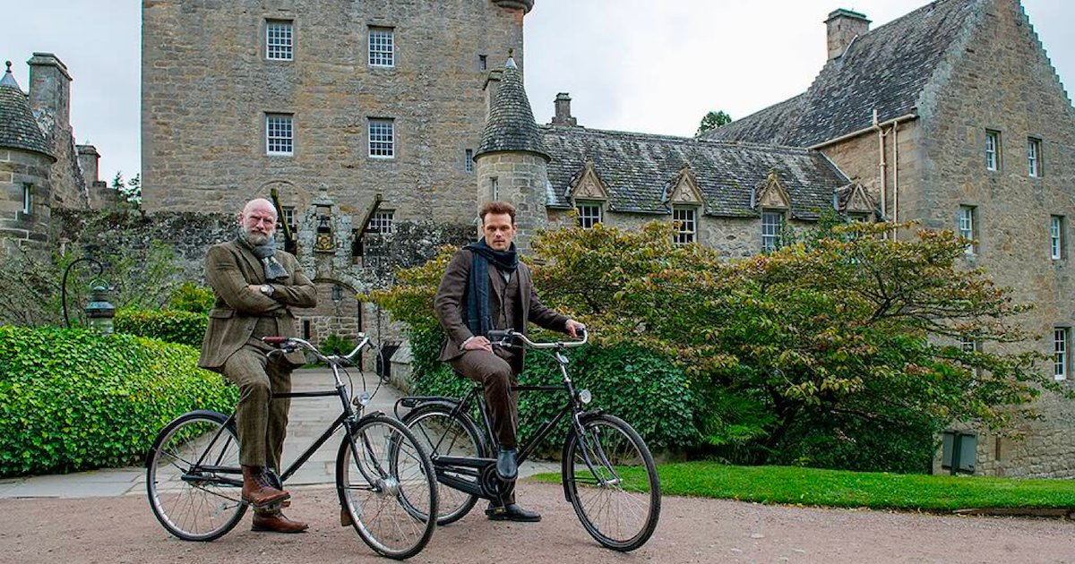 men in kilts.png?resize=1200,630 - Deux stars de la série Outlander nous font découvrir l'Écosse dans la série documentaire Men in Kilts