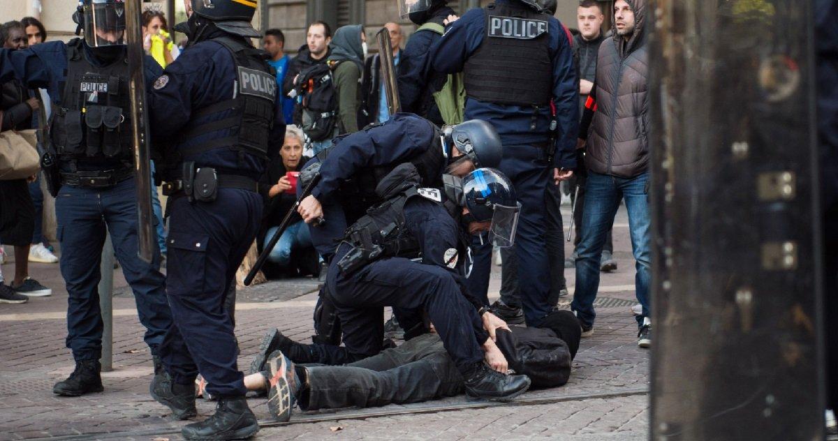 """police 3.jpg?resize=1200,630 - Avec l'interdiction de """"la méthode d'étranglement"""", des policiers appellent à la grève des interpellations"""