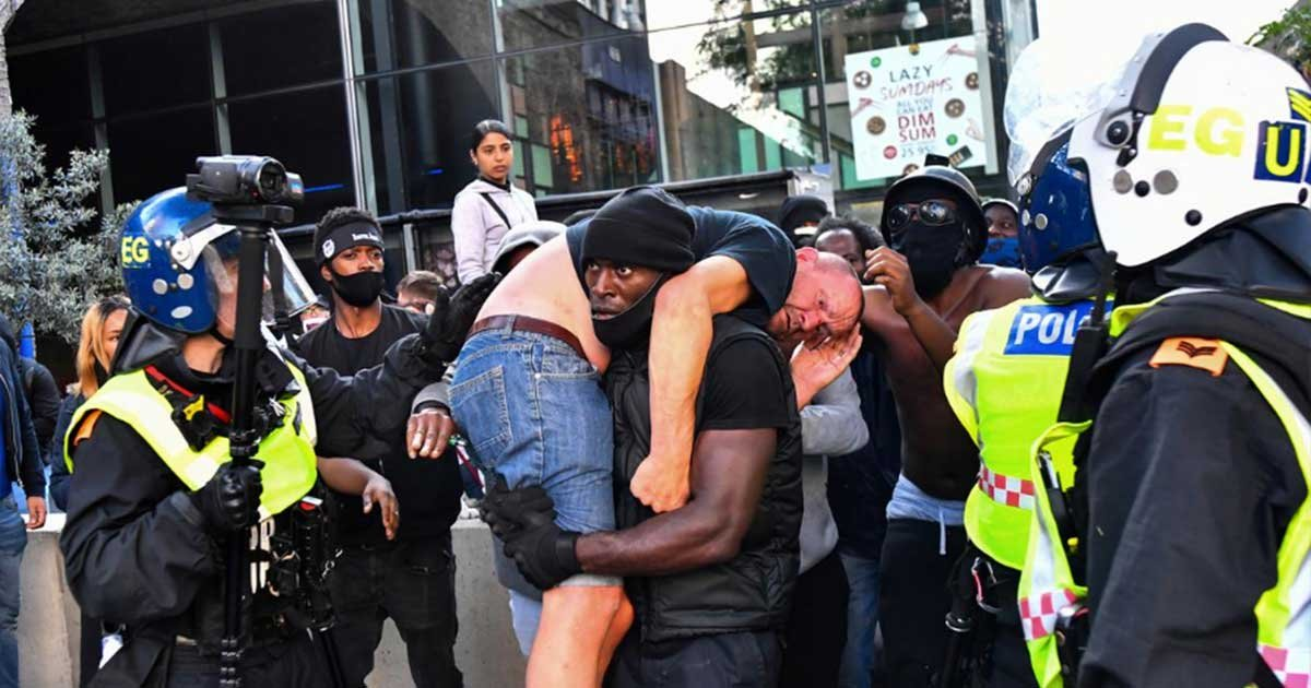 "r2.jpg?resize=1200,630 - Black Lives Matter Protester Rescues Suspected ""Far-Right"" Protester"