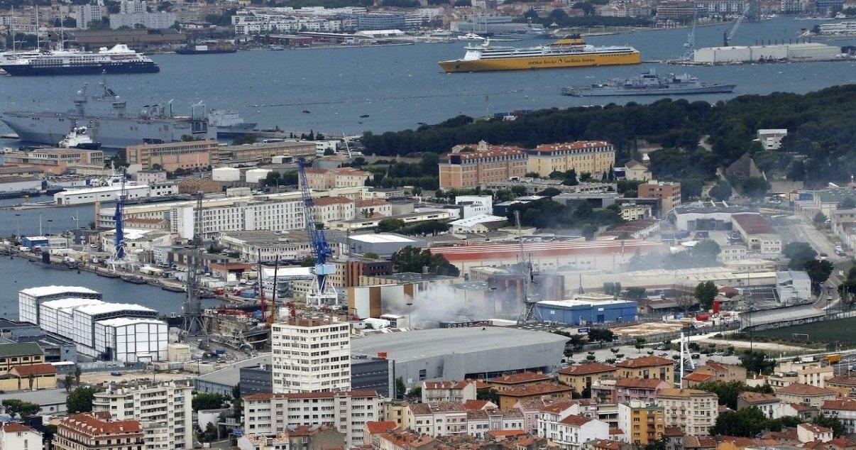 """sous marin.jpg?resize=1200,630 - Toulon: le sous-marin nucléaire d'attaque """"Perle"""" a pris feu dans la base navale"""