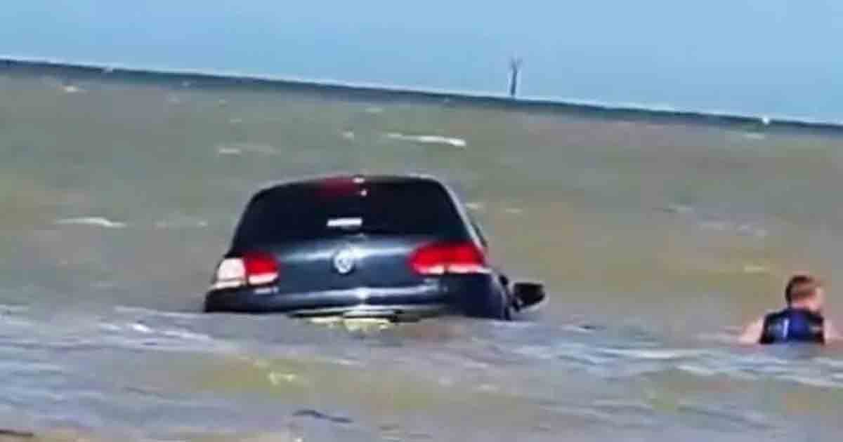 thumbnail 1.jpg?resize=1200,630 - Car Washed Away in Sea, Beachgoers Saves the Day