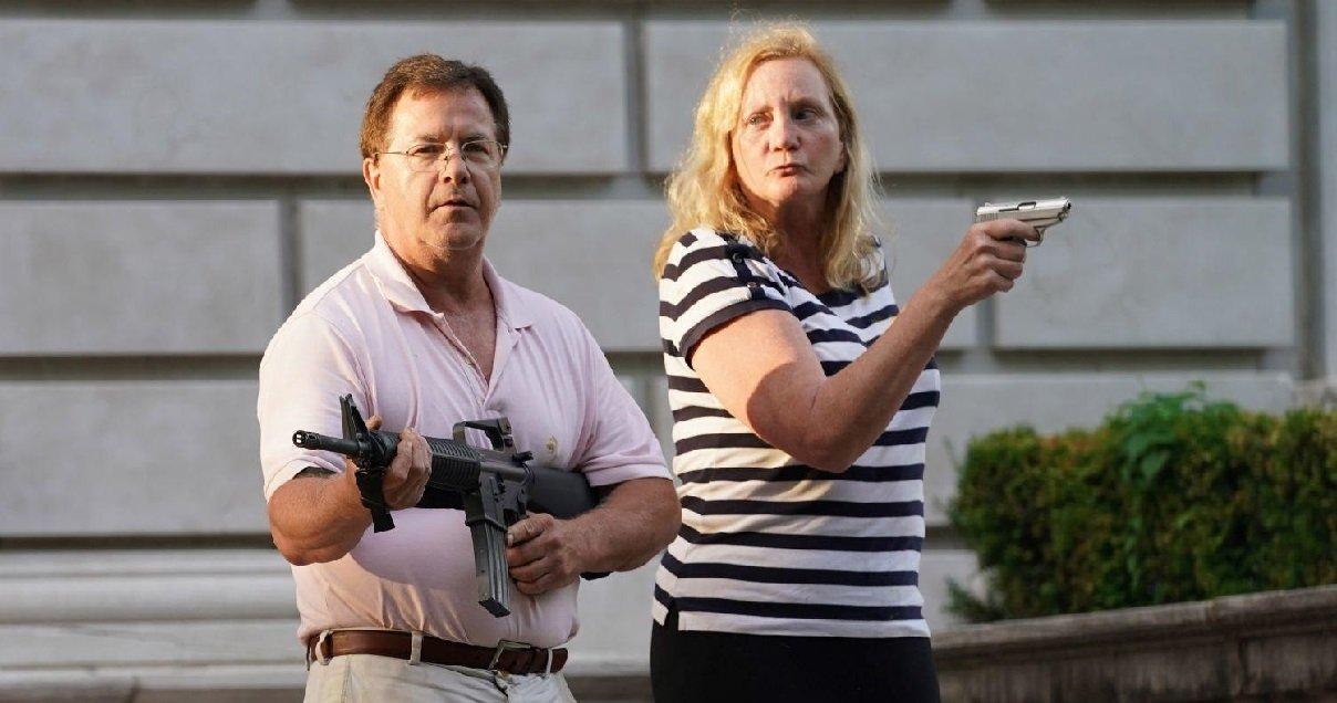 usa.jpg?resize=1200,630 - USA: un riche couple d'Américains a sorti les armes pour défendre leur propriété face aux manifestants