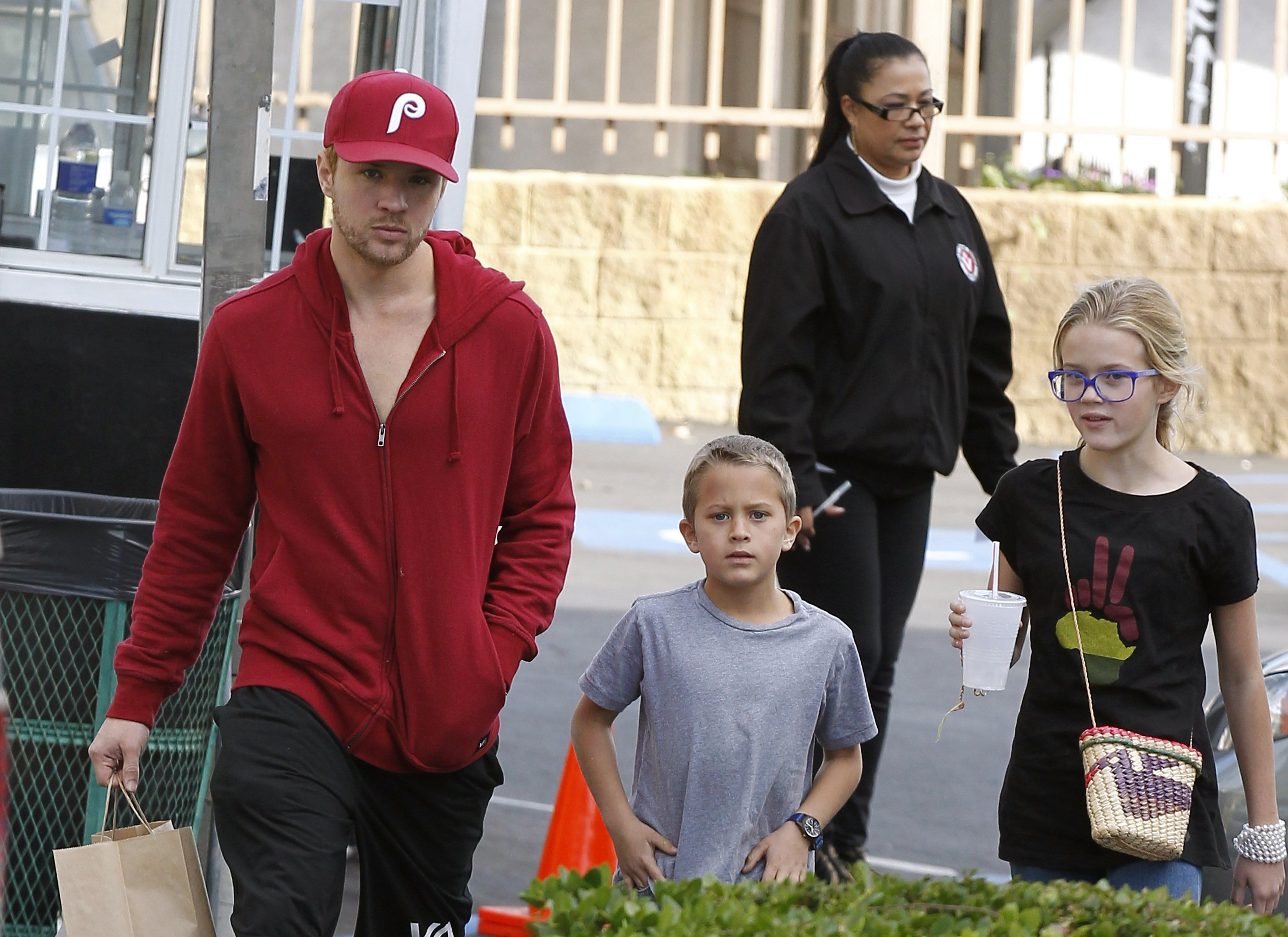 Ryan Phillippe and the kids out on the town (mini Reese ...